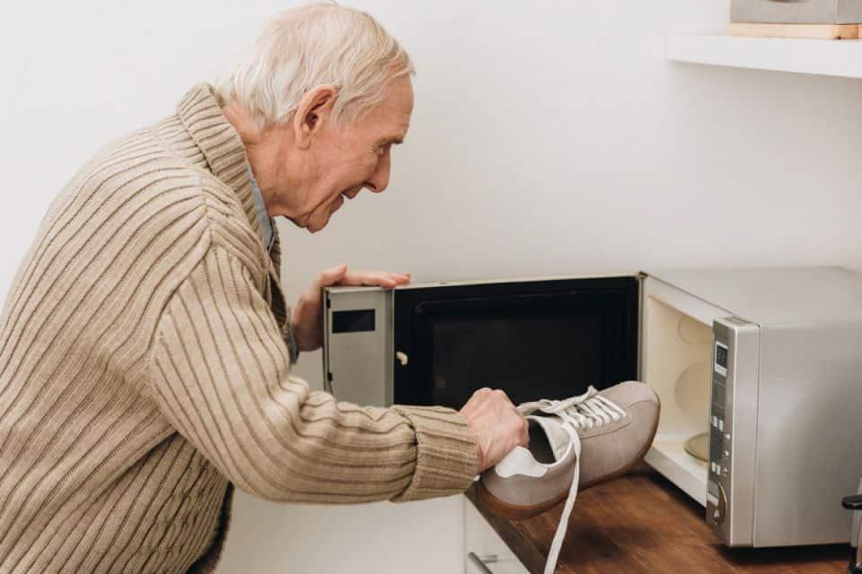 хвора на альцгеймера людина кладе взуття у микрохвильовку