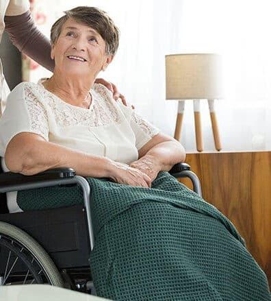 пожилая женщина чувствует себя комфортно благодаря комплексу услуг пансионата