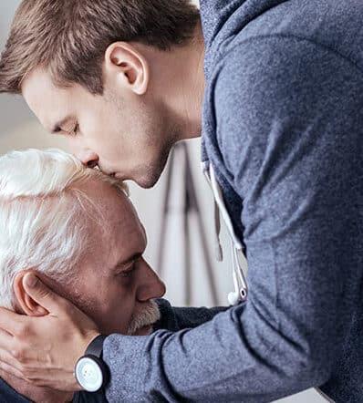 літній чоловік з деменцією і його турботливий син