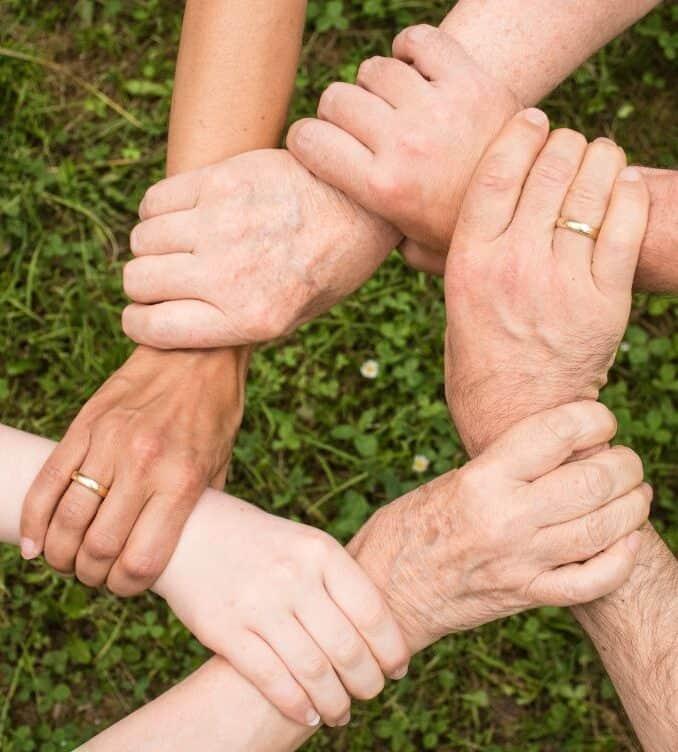 руки різних поколінь людей