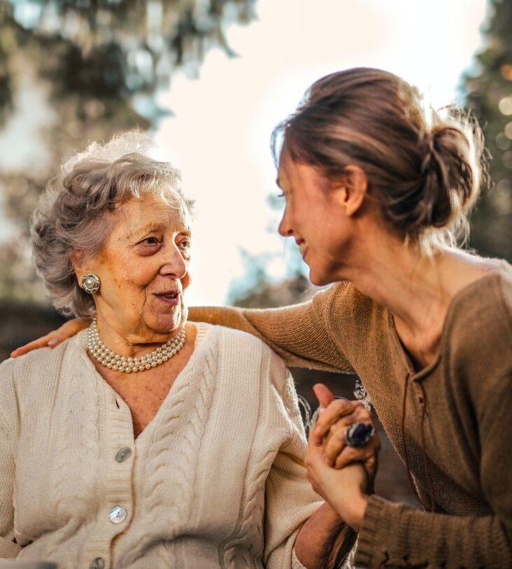 Внимательная сиделка оказывает заботу пожилой женщине