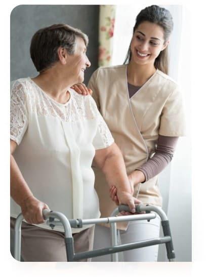 заботливая сиделка в пансионате для пожилых людей