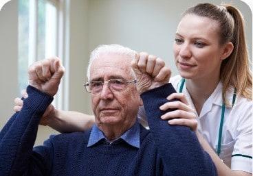 медсестра допомогає чоловіку, який пережив інсульт