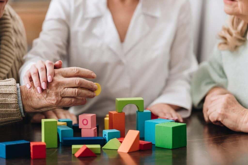 пожилой человек получает квалифицированную помощь для сохранения когнитивных способностей