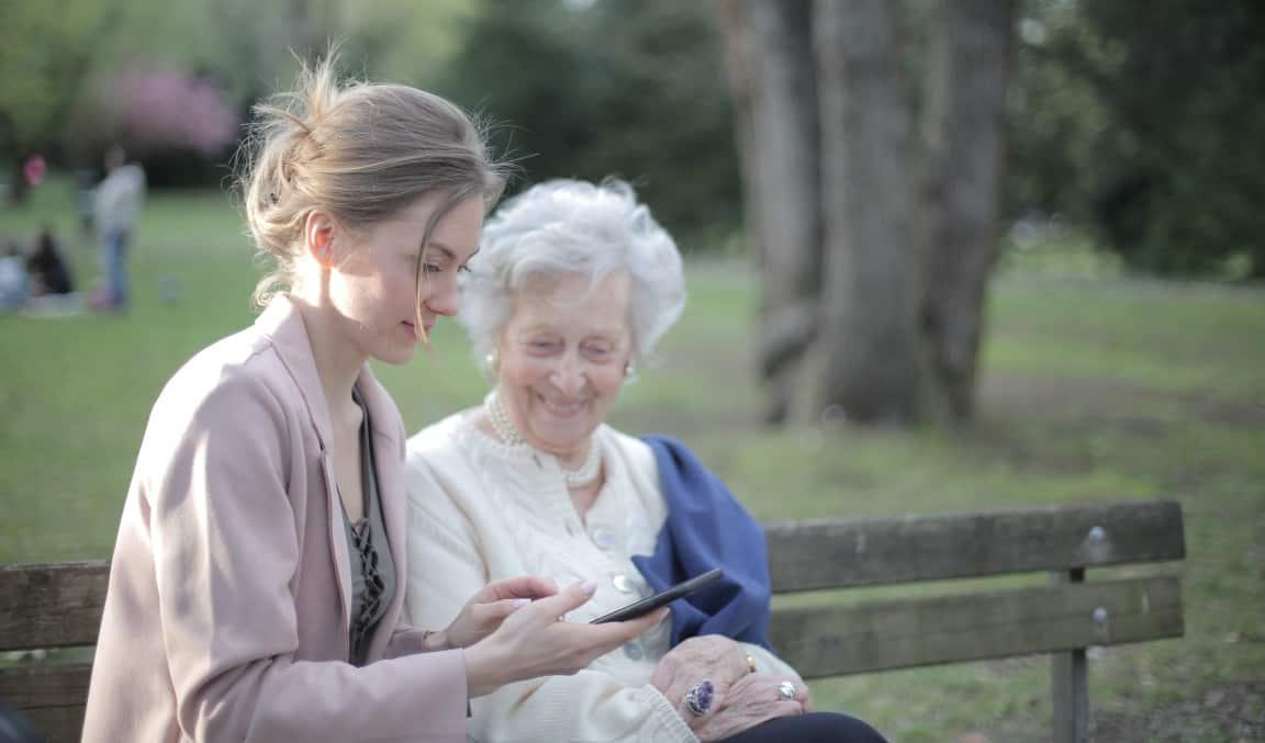 молодая женщина общается с мамой, которая живет в доме престарелых
