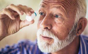 слезяться глаза у пожилого человека